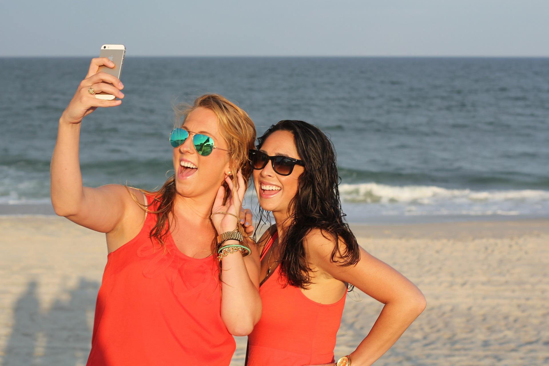 Duas mulheres tirando selfie