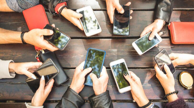 pessoas com celular na mão
