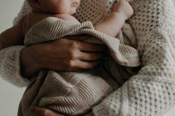 Como vestir um bebê recém nascido: dicas essenciais